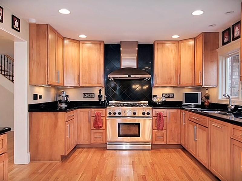 luces empotradas en la cocina de madera